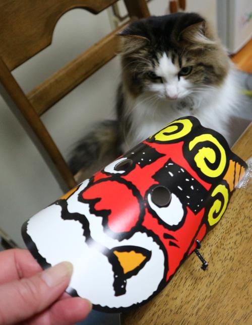 鬼のお面と猫